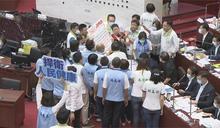 快新聞/藍市議員出動人海戰術 包圍陳其邁要求簽反美豬聲明