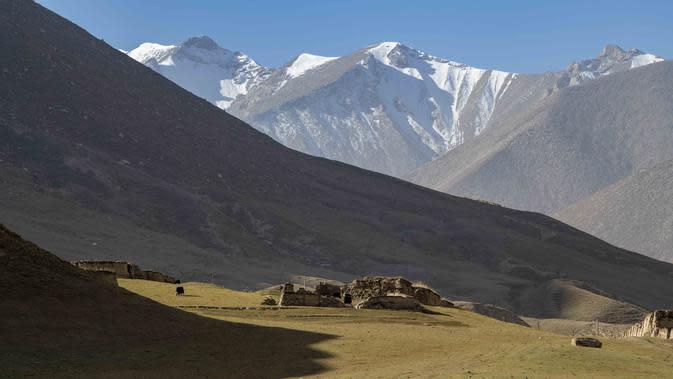 Foto ini menunjukkan padang rumput pegunungan di Wilayah Yecheng, Daerah Otonom Uighur Xinjiang, China barat laut, pada 8 Oktober 2020. (Xinhua/Hu Huhu)