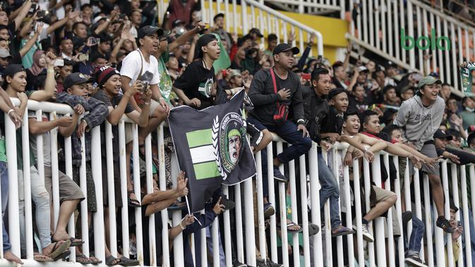 Suporter Persebaya Surabaya tetap nekat datang ke Stadion Pakansari untuk mendukung timnya melawan Tira Persikabo pada Sabtu (9/11/2019). (Bola.com/Yoppy Renato).
