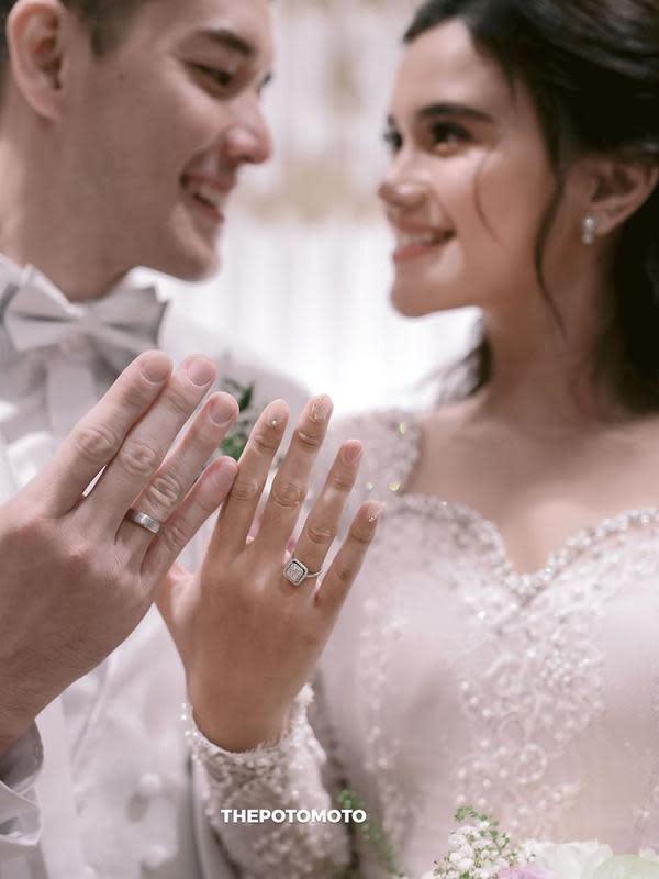Pesta meriah dihadiri keluarga dan sahabat dekat mereka di The Ritz-Carlton, Pacific Place, Jakarta. Kini, pasangan pengantin baru tengah menikmati bulan madu. (Instagram/audimarissa)