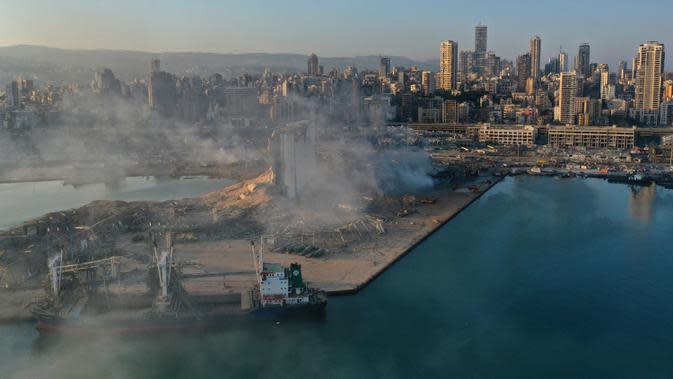 Gambar drone menunjukkan asap dari tempat ledakan yang mengguncang pelabuhan Beirut, Lebanon, Rabu (5/8/2020). Ledakan terjadi di area pelabuhan, di tempat penyimpanan bahan peledak, amonium nitrat. (AP Photo/Hussein Malla)