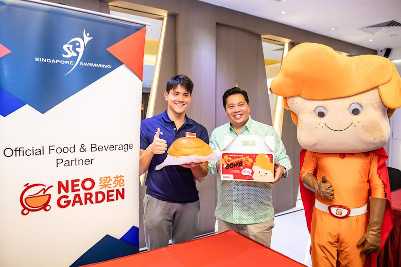 Swimmer Joseph Schooling (left) with Neo Group founder Neo Kah Kiat after making Neo Garden's Curry Bomb for the Singapore Swimming Association's fund-raiser. (PHOTO: Singapore Swimming Association)