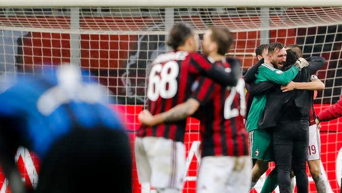 Kiper AC Milan Antonio Donnarumma menerima ucapan selamat dari pelatih Gennaro Gattuso pada akhir laga perempat final Coppa Italia di San Siro, Kamis (28/12). AC Milan sukses melaju ke semifinal usai menundukan Inter Milan 1-0. (AP/Antonio Calanni)