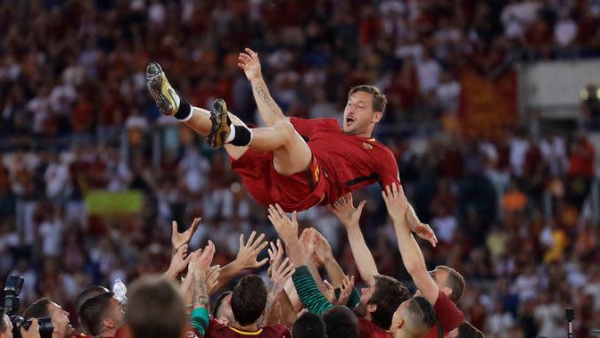 Kapten AS Roma, Francesco Totti dilempar ke udara usai pertandingan Liga Italia Serie A melawan Genoa di Stadion Olimpico, Minggu (28/5). Totti yang telah berusia 40 menyatakan gantung sepatu setelah musim ini berakhir (AP Photo/Alessandra Tarantino)