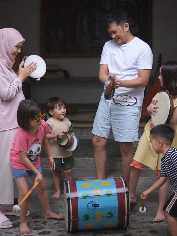 Selain bermain ular tangga, anak-anak Hanung terlihat bermain beduk dan kecrekan layaknya bermain qosidah. Selain untuk bermain, juga untuk keperluan pengambilan gambar untuk film pendeknya. (Instagram/zaskiadyamecca)