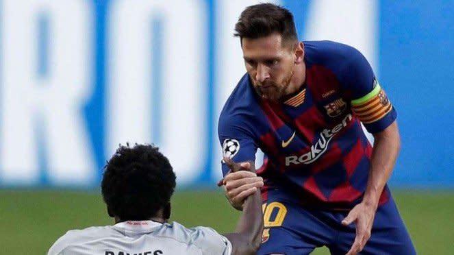 Megabintang Barcelona, Lionel Messi dan bek Bayern Munich, Alphonso Davies.