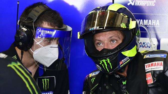 Valentino Rossi berbincang dengan kepala kru timnya di sela-sela rangkaian MotoGP Andalusia. JAVIER SORIANO / AFP