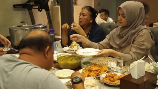 Momen Kebersamaan Rezky Aditya dan Citra Kirana Buka Bareng Keluarga Besar. (Sumber: YouTube/ Ciky Citra Rezky)