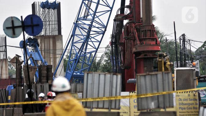 Aktivitas petugas saat menangani semburan gas PGN di proyek Tol Dalam Kota rute Pulogebang-Kelapa Gading, Cakung, Jakarta, Kamis (12/3/2020). Semburan gas menyebabkan akses Cakung-Pulogadung dan sebaliknya ditutup. (merdeka.com/Iqbal Nugroho)