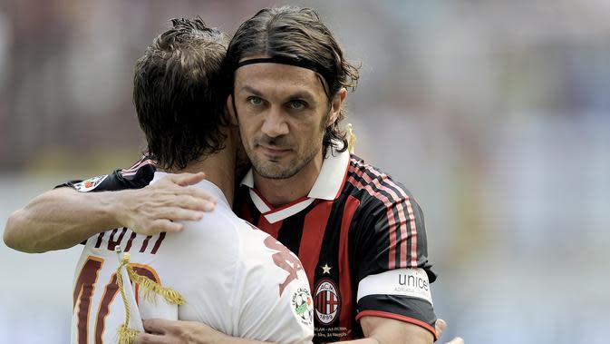 Dengan status positif ini, Paolo Maldini dan Daniel Maldini kini menambah daftar nama para figur pesepak bola Serie A yang positif corona. (AFP/FIlippo Monteforte)