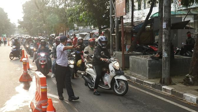 Petugas Dishub Kota Bandung menghentikan pemotor di check point atau titik pemeriksaan PSBB Jalan Rajawali, Rabu (6/5/2020). Ketidaklengkapan pengendara terkait sarung tangan dan masker jadi berkah bagi pedagang. (Liputan6.com/Huyogo Simbolon)