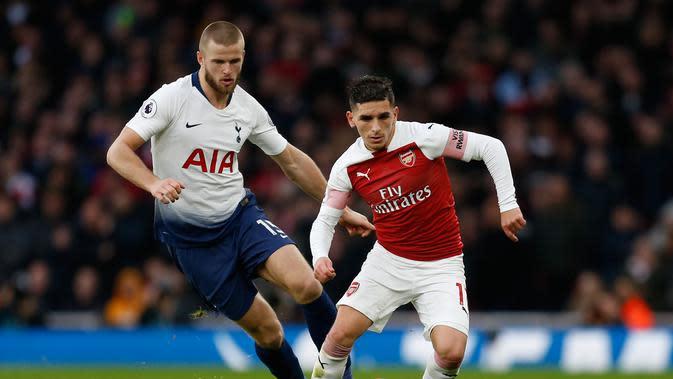 Gelandang Arsenal, Lucas Torreira ditempel oleh pemain Tottenham, Eric Dier dalam laga lanjutan Liga Inggris pekan ke-14 yang berlangsung di stadion Emirates, London, Minggu (2/12). Arsenal menang atas Tottenham Hotspur 2–1. (AFP/Ian Kington)