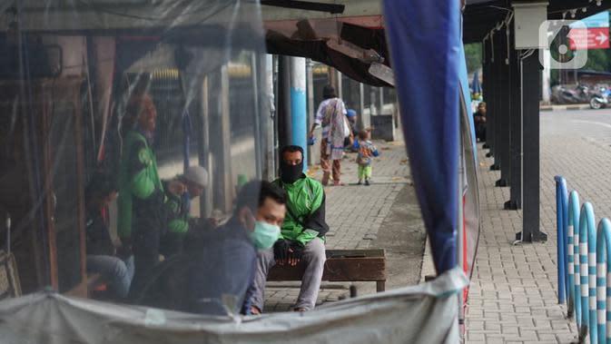 Aktivitas pengemudi ojek daring di depan Cibubur Junction, Jakarta, Selasa (24/3/2020). Merebaknya Covid-19 menyebabkan aktivitas di kawasan itu lesu yang juga berimbas pada turunnya pendapatan pengemudi ojek online hingga lima kali lipat dibanding hari biasanya. (Liputan6.com/Immanuel Antonius)