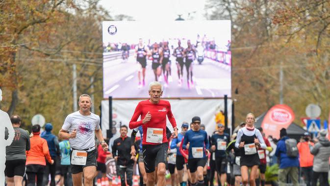 Para pelari berkompetisi dalam Vienna City Marathon (VCM) Tribute to Eliud - Vienna Race di Wina, Austria (12/10/2020). Eliud Kipchoge mencatatkan waktu kurang dari dua jam, atau satu jam 59 menit 40 detik. (Xinhua/Guo Chen)