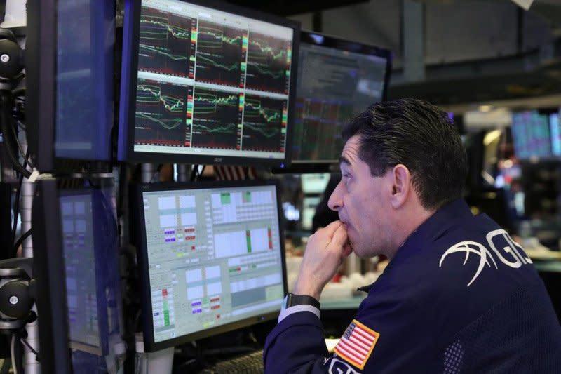 Wall Street merosot terseret saham teknologi yang berbalik turun