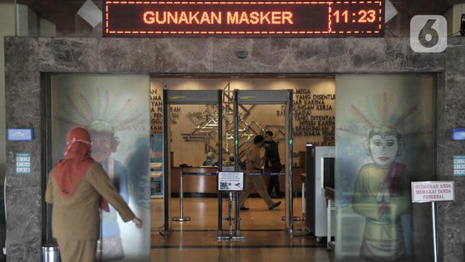 Pegawai memasuki gedung Balai Kota DKI pada hari pertama kerja di tengah pembatasan sosial berskala besar (PSBB) masa transisi di Jakarta, Senin (8/6/2020). PNS di lingkungan Pemprov DKI kembali mulai bekerja di kantor dengan sistem shifting. (merdeka.com/Iqbal S Nugroho)