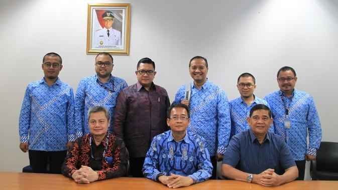 Dirut PT Transjakarta Donny Andy S Saragih (berdiri nomor tiga dari kiri) dan mantan Dirut PT Transjakarta Agung Wicaksono (berdiri nomor tiga dari kanan). (Dok PT Transjakarta)