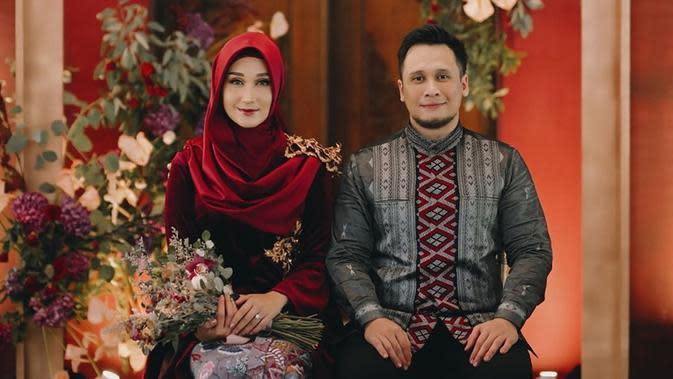 Kabar pernikahan kedua Dian ini cukup mengejutkan publik lantaran selama ini, perempuan asal Palembang itu jarang membagikan potret kebersamaannya dengan pria asal Malaysia tersebut. (Sumber: Instagram)