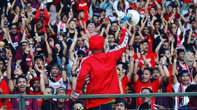 Aksi Daeng Uki ketika mendukung PSM Makassar. (Bola.com/Abdi Satria)