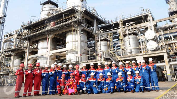Petugas PT. Pertamina (Persero) berfoto bersama di Refinery Unit (RU) atau kilang VI Balongan di Indramayu, Jawa Barat, Kamis (14/1). RU VI Balongan merupakan tumpuan produksi BBM jenis Pertamax Series milik Pertamina. (Liputan6.com/Helmi Afandi)