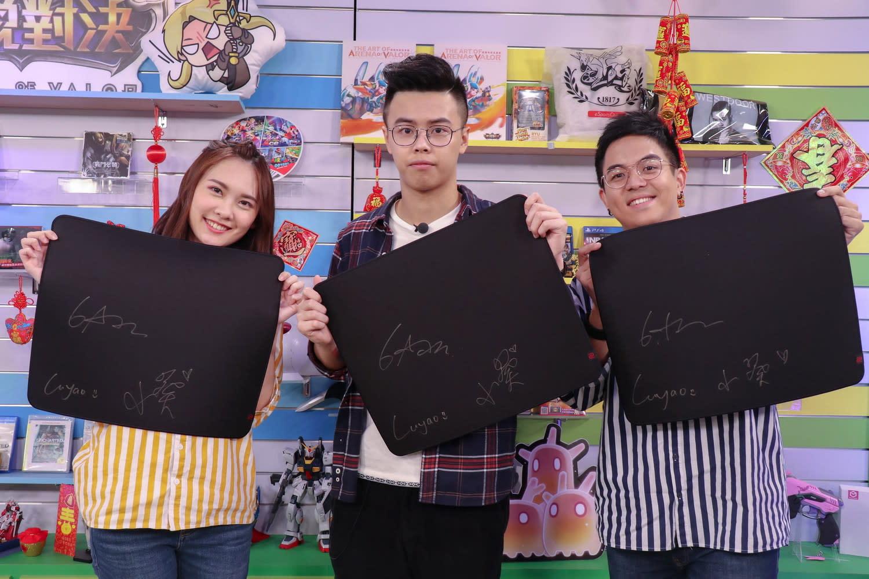 《傳說對決》獲勝隊伍的觀眾玩家,得到有三人簽名的電競滑鼠墊。