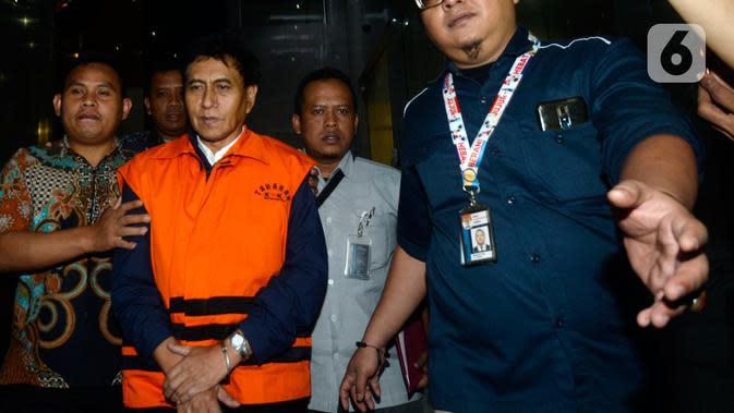 Direktur Utama PT CMI Teknologi Rahardjo Pratjinho memakai rompi tahanan usai pemeriksaan di Gedung KPK, Jakarta, Selasa (14/01/2020). Rahardjo resmi ditahan dalam kasus dugaan korupsi pengadaan perangkat transportasi informasi terintegrasi tahun anggaran 2016 di Bakamla. (merdeka.com/Dwi Narwoko)
