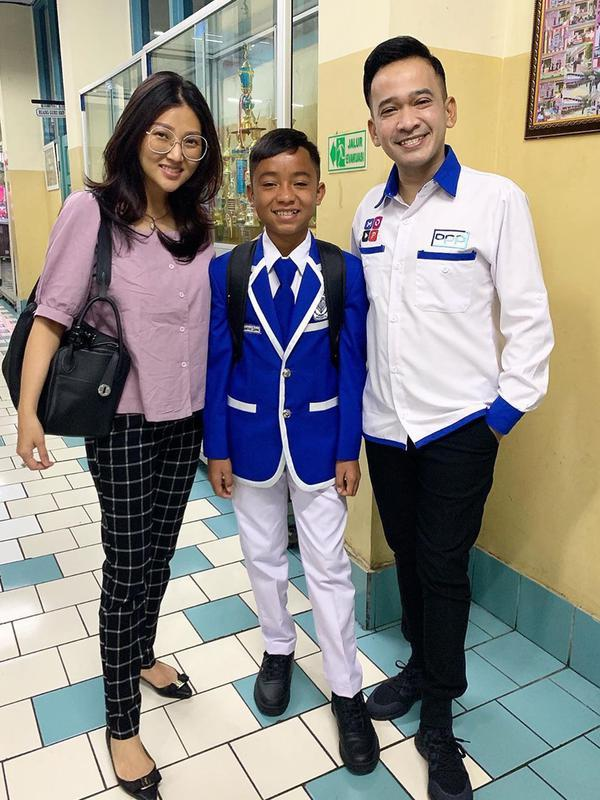 Melalui akun Intagramnya, Ruben Onsu terlihat ditemani Sarwendah untuk mengantarkan hari pertama Betrand Peto bersekolah. (Liputan6.com/IG/@ruben_onsu)