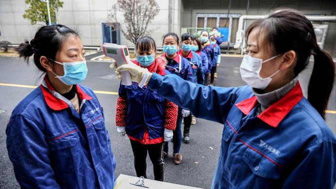 Karyawan diukur suhu badannya di sebuah perusahaan di Changxing, Huzhou, Provinsi Zhejiang, China, Rabu (12/2/2020). Di bawah arahan dan dukungan otoritas setempat, banyak perusahaan di Zhejiang kembali beroperasi setelah melakukan pencegahan dan pengendalian wabah virus corona. (Xinhua/Xu Yu)