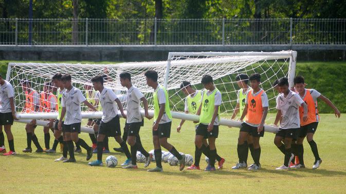 Pemain Timnas Indonesia U-16 menggotong gawang ke tengah lapangan dalam sesi latihan, Rabu (26/2/2020). (Bola.com/Vincentius Atmaja)