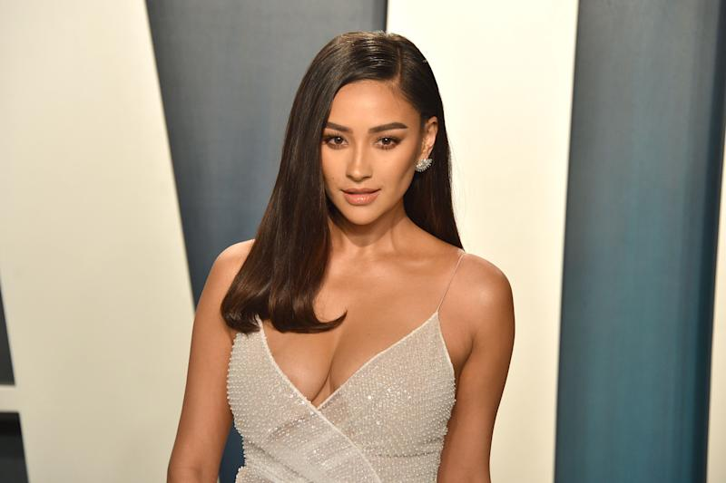 BEVERLY HILLS, CALIFORNIA - FEBRUARY 09: Shay Mitchell attends the 2020 Vanity Fair Oscar Party at Wallis Annenberg Center for the Performing Arts on February 09, 2020 in Beverly Hills, California. (Photo by David Crotty/Patrick McMullan via Getty Images)