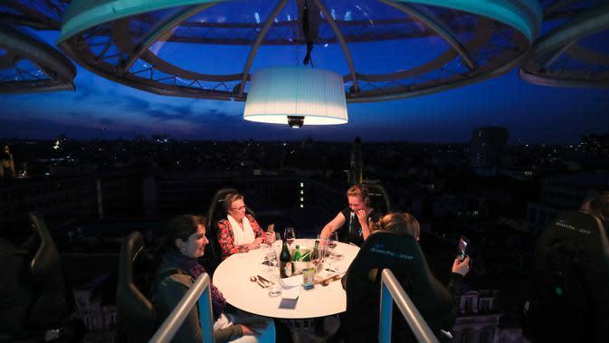 Para pelanggan menikmati hidangan di Restoran Dinner in the Sky di Brussel, Belgia (18/9/2020). Tahun ini, Restoran Dinner in the Sky menyiapkan delapan meja dengan kapasitas total 32 kursi pada ketinggian 50 meter di atas permukaan tanah. (Xinhua/Zheng Huansong)