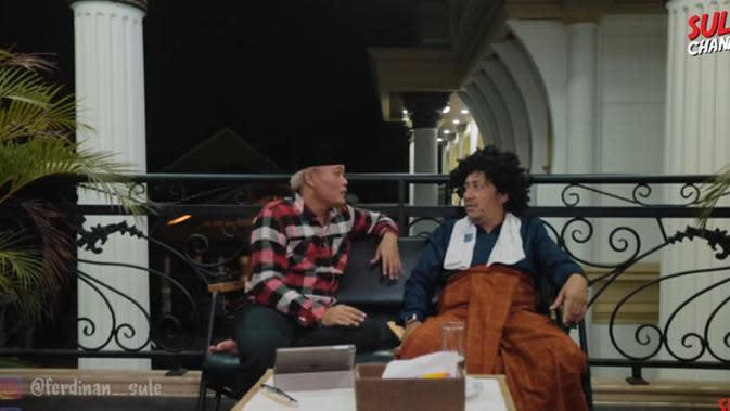 Sule dan Andre Taulany ketemu pertama dalam panggung adalah saat sama-sama mengisi acara Opera Van Java (OVJ). Sejak itu, keduanya sering terlihat kompak, baik sebagai pelawak atau presenter. (Youtube/ SULE Channel)