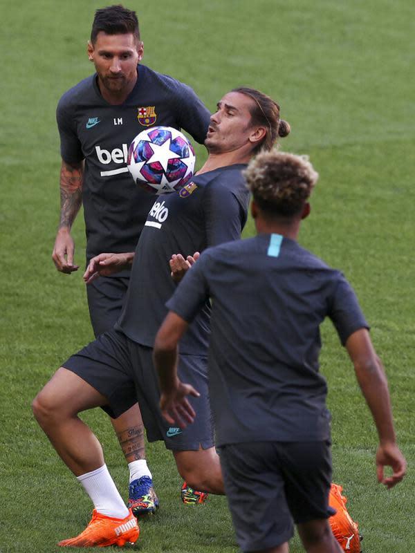 Penyerang Barcelona, Antoine Griezmann (tengah) mengontrol bola selama sesi latihan di stadion Da Luz, Lisbon, Portugal (13/8/2020). Barcelona akan bertanding melawan Bayern Munchen pada perempat final Liga Champions di Estadio da Luz. (Rafael Marchante/Pool via AP)