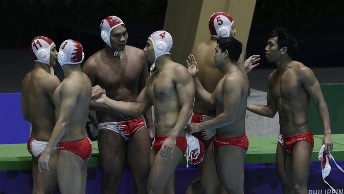 Para pemain polo air Indonesia merayakan kemenangan 14-7 atas Malaysia pada laga SEA Games 2019 di Aquatic Center, Clark, Jumat (29/11). Indonesia berhasil meraih emas perdana dari cabang polo air. (Bola.com/M Iqbal Ichsan)