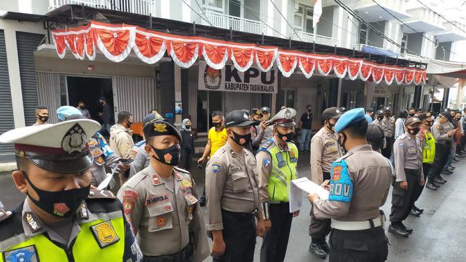 Ratusan anggota polres Tasikmalaya disiagakan di kantor KPUD Tasikmalaya, dalam pengamanan pendaftaran bakal calon Pilkada Tasikmlaya, 2020. (Liputan6.com/Jayadi Supriadin)