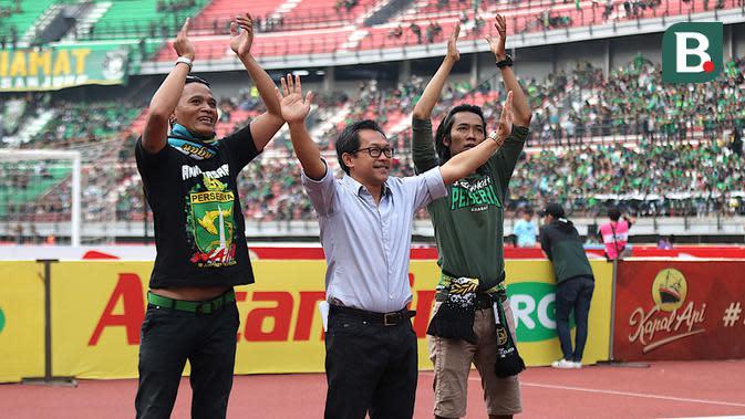 Pelatih Persela, Aji Santoso, mendapat sambutan hangat dari Bonek pada laga Persebaya vs Persela di Stadion Gelora Bung Tomo, Surabaya, Minggu (5/8/2018). (Bola.com/Aditya Wany)