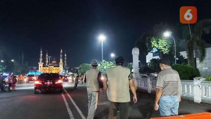 Petugas gabungan kota Tegal menutup sejumlah ruas jalan menuju titik keramaian dan menutup titik keramaian itu untuk mencegah kerumunan dan menekan peredaran corona covid-19. (foto: Liputan6.com/felek wahyu).