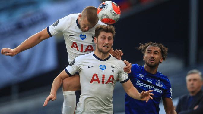 Pemain Tottenham Hotspur, Eric Dier (kiri) dan Ben Davies berebut bola dengan penyerang Everton, Dominic Calvert-Lewin pada lanjutan pertandingan Liga Inggris di Tottenham Stadium, Selasa (7/7/2020) dini hari. Tottenham Hotspur susah payah mengalahkan Everton 1-0. (Richard Heathcote/Pool via AP)