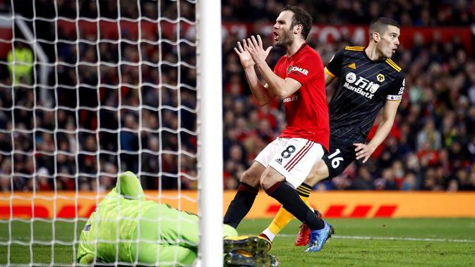Gelandang Manchester United, Juan Mata, tampak kecewa usai gagal membobol gawang Wolverhampton Wanderers pada laga Premier League di Stadion Old Trafford, Sabtu (1/2/2020). Kedua tim bermain imbang tanpa gol. (AP/Martin Rickett)