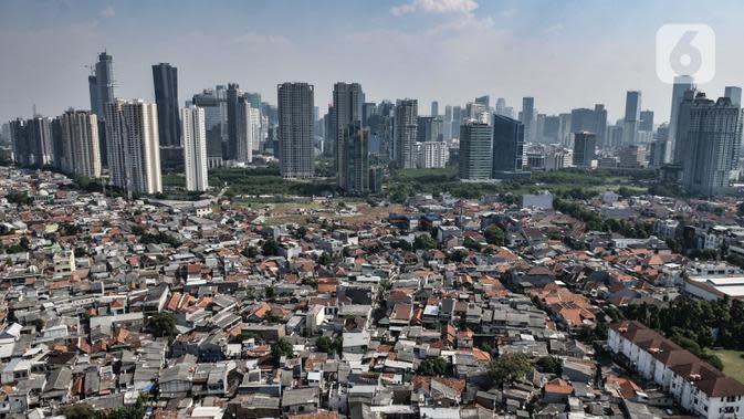 Pandangan udara permukiman warga dan gedung pencakar langit di Jakarta, Senin (27/7/2020). Berbagai sektor di Jakarya yang anjlok akibat Covid-19 antara lain listrik dan gas, perdagangan, pendidikan serta industri olahan. (merdeka.com/Iqbal S. Nugroho)