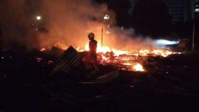 Kebakaran Bedeng di Depan Asrama Mabesad Gambir, 13 Unit Damkar Turun