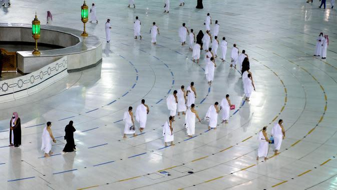 Warga Saudi dan warga asing mengelilingi Ka'bah (tawaf) saat melaksanakan umrah di kompleks Masjidil Haram, kota suci Makkah, Minggu (4/10/2020). Pemerintah Arab Saudi mengizinkan umrah kembali mulai Minggu (4/10) setelah sekitar tujuh bulan ditangguhkan karena pandemi COVID-19. (AFP)
