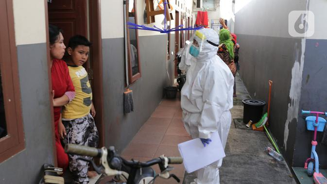 "Petugas Kesehatan menggelar Swab Test COVID 19 secara ""door to door"" bagi warga pendatang di Kawasan kampung Tengah, Kramat Jati, Jakarta, Jumat (12/6/2020). Tes Swab dengan mendatangi rumah tersebut untuk mencegah penyebaran pandemi Covid-19 di masa PSBB transisi. (merdeka.com/Imam Buhori)"