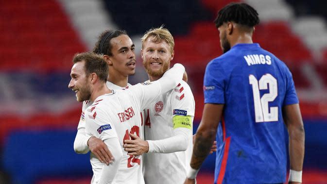 Para pemain Denmark merayakan gol yang dicetak oleh Christian Eriksen ke gawang Inggris pada laga UEFA Nations League di Stadion Wembley, Kamis (15/10/2020). Denmark menang dengan skor 1-0. (Toby Melville/Pool via AP)