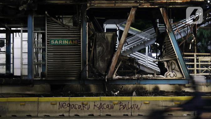 Kondisi halte bus transjakarta Sarinah di Jalan MH Thamrin terlihat rusak parah, Jakarta, Kamis (8/10/2020). Unjuk rasa menentang disahkannya Omnibus Law UU Cipta Kerja berujung aksi anarkis merusak berbagai fasilitas umum. (Liputan6.com/Helmi Fithriansyah)