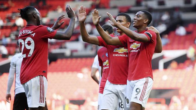 Para pemain Manchester United merayakan gol yang dicetak oleh Anthony Martial ke gawang Sheffield United pada laga Premier League di Stadion Old Trafford, Rabu (24/6/2020). Manchester United menang dengan skor 3-0. (AP/Michael Regan)
