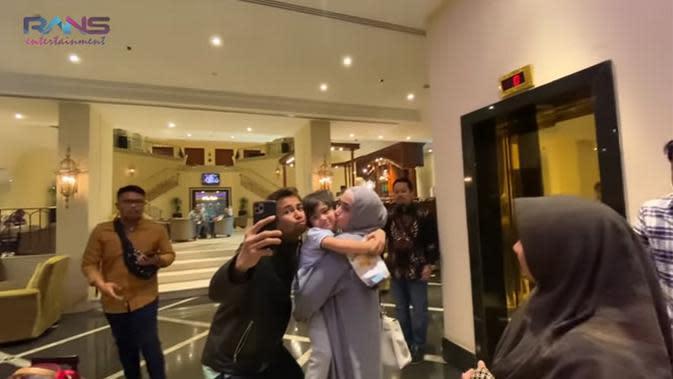 Sebelum berpisah, pasangan yang telah dikaruniai seorang putra itu menyempatkan untuk berfoto bersama. Tampak, dalam video tersebut, Rafathar masih bersedih berpisah sementara dengan kedua orang tuanya. (Instagram/raffinagita1717)