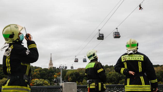 Para anggota dari Kementerian Kedaruratan Rusia berpartisipasi dalam latihan penyelamatan di Kereta Gantung Moskow yang melintasi Sungai Moskow di Moskow, Rusia, pada 21 September 2020. (Xinhua/Maxim Chernavsky)
