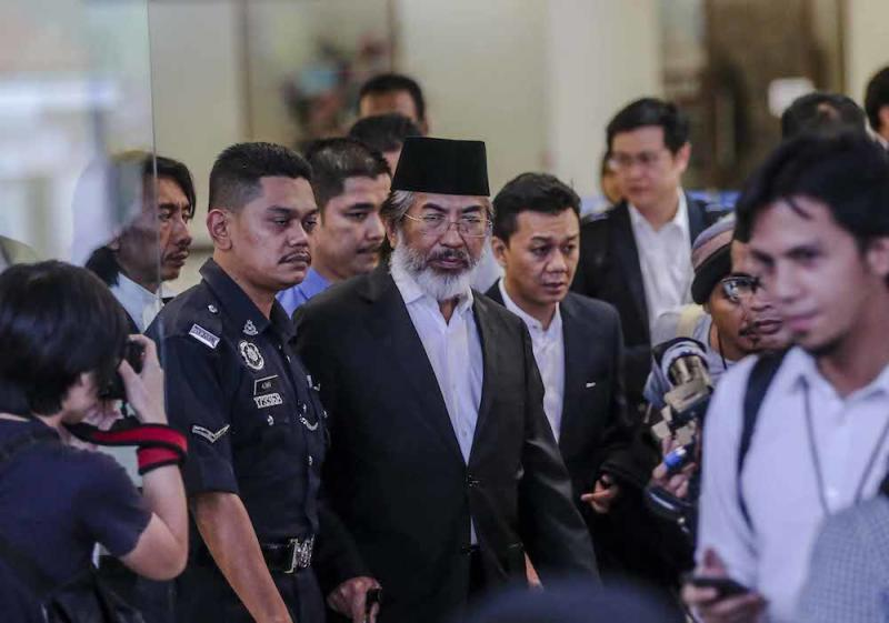 Former Sabah chief minister Tan Sri Musa Aman leaves the Kuala Lumpur High Court after his hearing, November 5, 2018. — Picture by Firdaus Latif