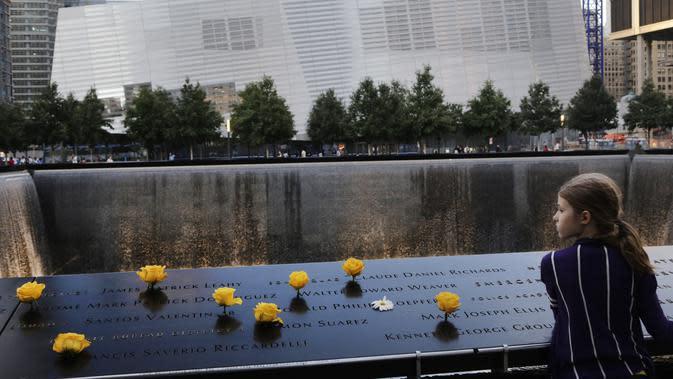 File foto 8 September 2013 ini, Charlotte Newman (8) mengunjungi National September 11 Memorial and Museum di New York. (AP Photo/Mark Lennihan)